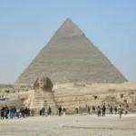 Giza: in primo piano la Sfinge, sullo sfondo la Grande Piramide