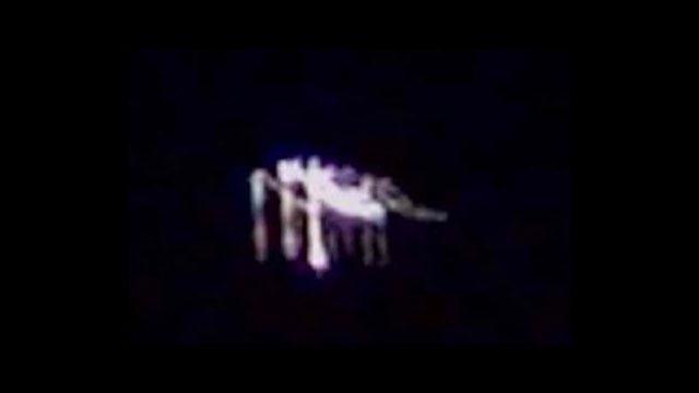"""In questa immagine, l'Ufo sembra un """"transformer"""""""