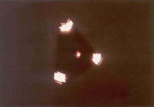 L'UFO TRIANGOLARE AVVISTATO IN BELGIO, SECONDO MOLTI UN FALSO